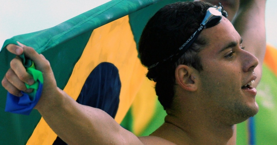 Thiago Pereira comemora com a bandeira brasileira a medalha de prata nos 100 m medley do Pan