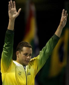 Thiago Pereira acena após vencer os 200 metros medley