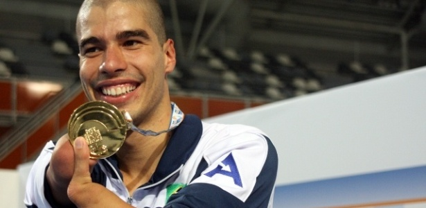 Daniel Dias mostra medalha conquistada no Mundial Paralímpico na categoria 50m livre (S5)