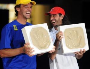 Gustavo Kuerten e Fernando Meligeni deixam suas impressões na calçada da fama do Maracanãzinho