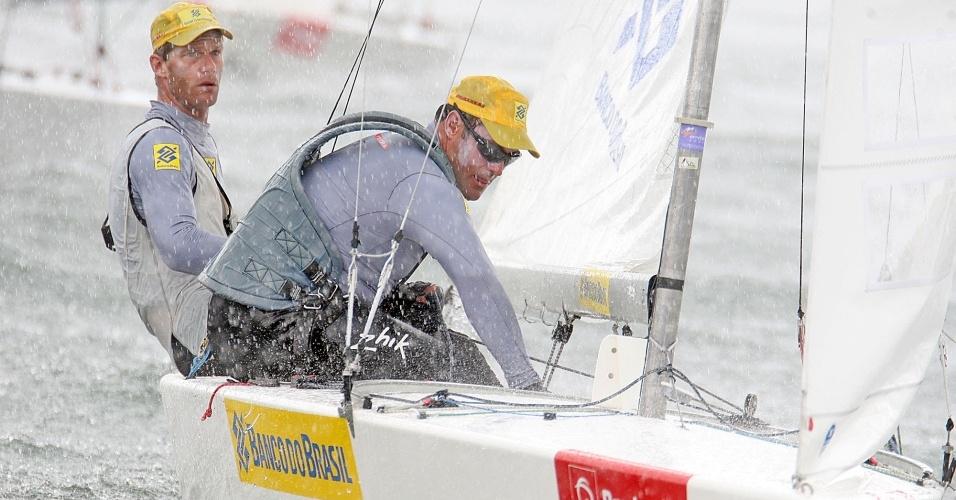 Robert Scheidt e Bruno Prada em ação na Pré-Olímpica de vela