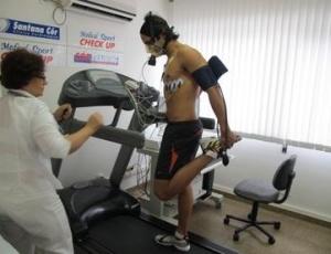 Antonio Pizzonia corre na esteira durante teste físico