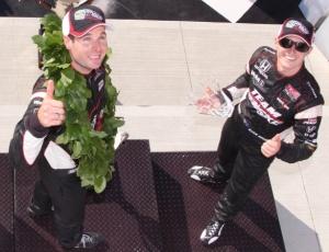O australiano Power comemora sua vitória em Watkins Glen ao lado de seu compatriota Briscoe