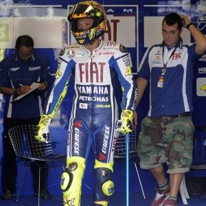 Valentino Rossi anda de muletas durante treinos em circuito na Alemanha, no último fim de semana