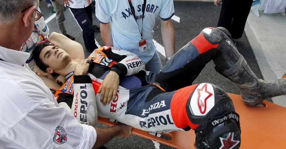 Dani Pedrosa é atendido após queda em Motegi, em treino da MotoGP; ele fraturou a clavícula