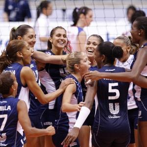 Jogadoras do Unilever comemoram a vitória sobre o time do Pinheiros, em seus domínios, no Rio