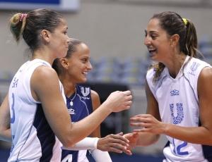 Unilever, de Érika (e), Fabi (c) e Carol Gattaz, saiu na frente do Cativa nos playoffs da Superliga