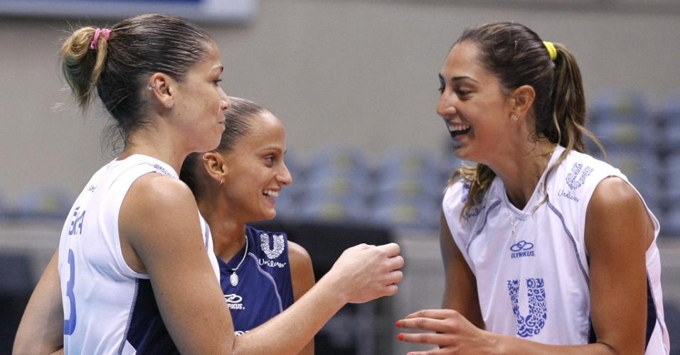 Érika (e), Fabi (c) e Carol Gattaz, jogadoras da Unilever