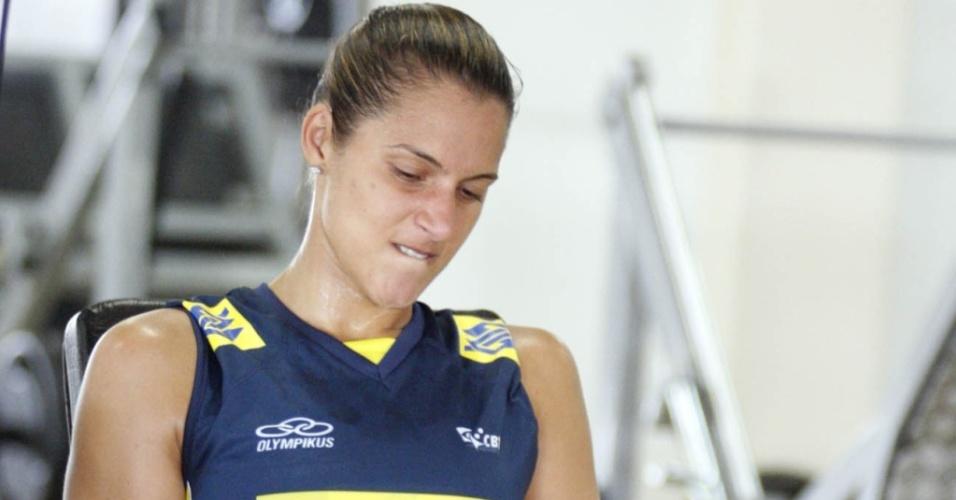 Dani Lins faz musculação durante treino da seleção feminina, em Saquarema (RJ)