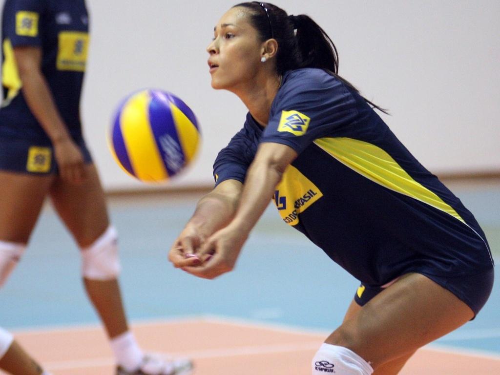 Jaqueline recebe a bola durante o treino da seleção brasileira em Saquarema (RJ)