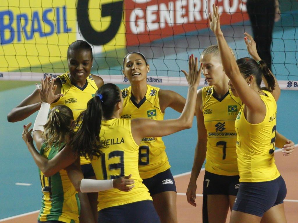 Jogadoras do Brasil comemoram um ponto na vitória sobre a Alemanha