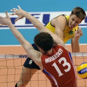 Murilo encara o bloqueio do russo Muserskiy na final da Liga. Ponteiro foi eleito o MVP do campeonato