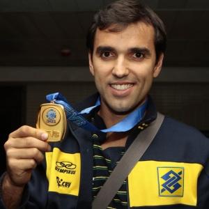 Mário Jr mostra a medalha de ouro conquistada na Liga Mundial. Líbero recebeu uma ligação do titular Escadinha na madrugada pós-título