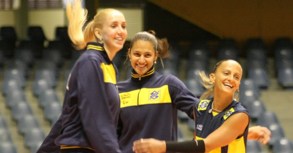 Thaísa (e), Dani Lins (c) e Fabi divertem-se durante o primeiro treino da seleção feminina em São Carlos