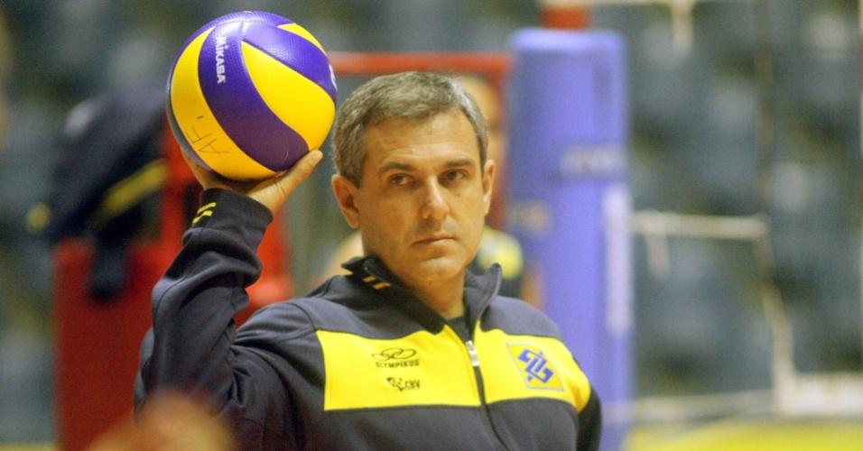 Zé Roberto Guimarães orienta suas jogadoras durante treino da seleção feminina em São Carlos