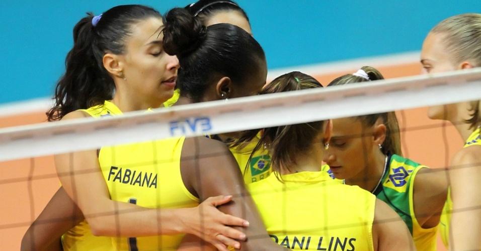 Jogadoras da seleção brasileira comemoram ponto na vitória sobre Taiwan no Grand Prix