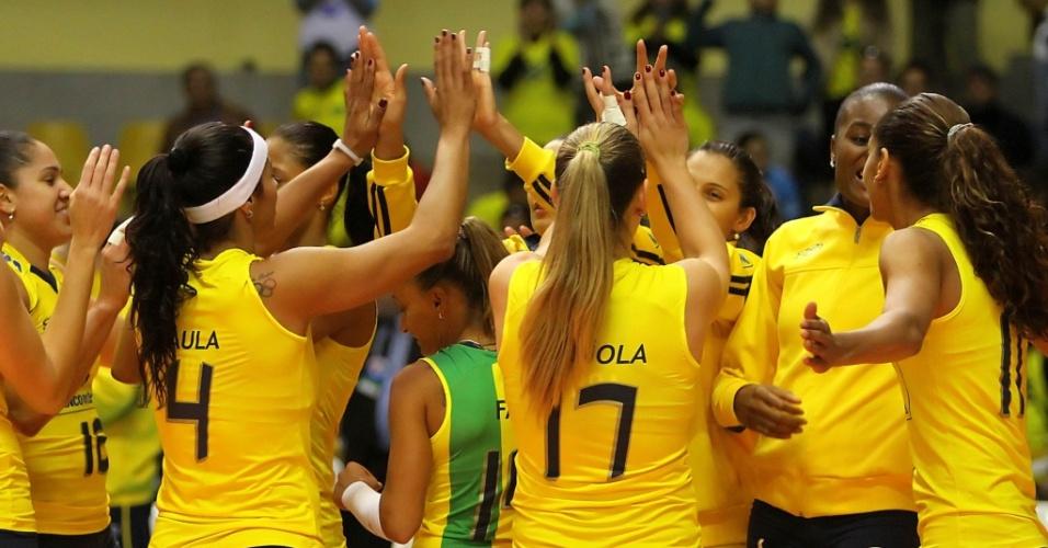 Jogadoras do Brasil comemoram a vitória por 3 sets a 0 sobre Taiwan na estreia do Grand Prix