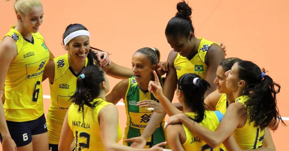 Jogadoras brasileiras comemoram ponto na vitória sobre o Japão em São Carlos