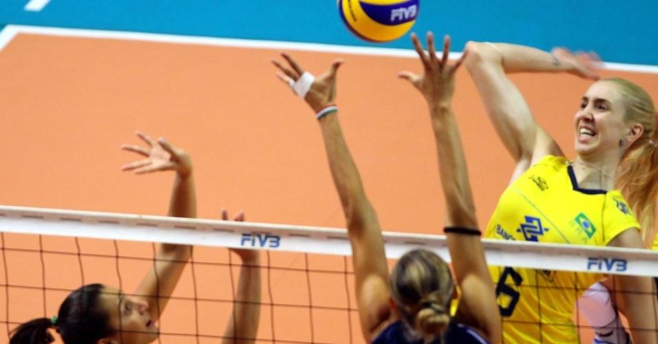 Thaisa é bloqueada durante jogo da seleção brasileira pelo Grand Prix