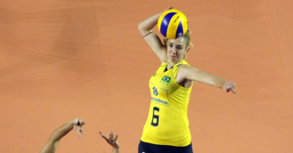 Thaísa ataca pela seleção brasileira