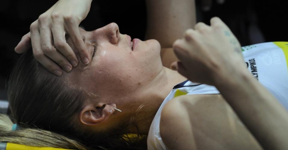 Mari deixa a quadra após entorse no joelho contra a Polônia, na fase final do GP