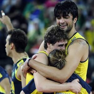 Após igualar marca de Nalbert, Vissotto abraça Bruninho depois de vitória do Brasil no Mundial