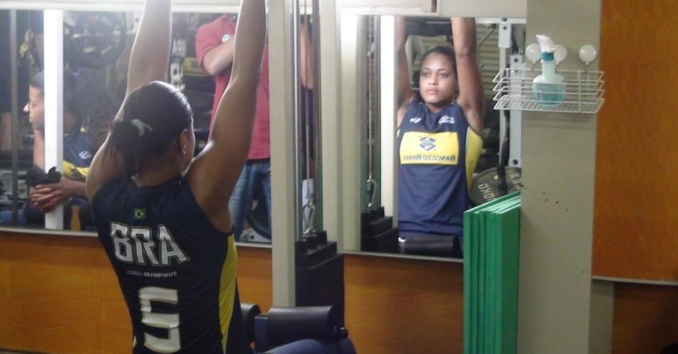 Adenízia vê reflexo no espelho ao fazer exercício com a seleção feminina de vôlei em Hamamatsu