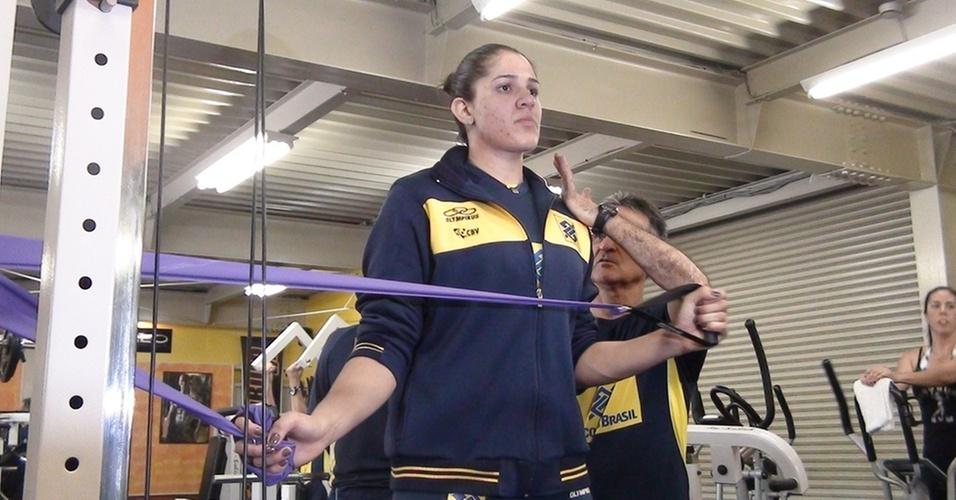 José Elias de Proença, preparador físico da seleção feminina de vôlei, orienta Natália