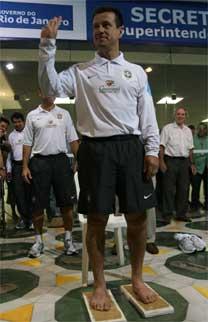 4b87e44f9fb34 Dunga imortaliza pés na calçada da fama do estádio do Maracanã - 16 ...