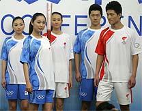 Modelos posam com o uniforme que será utilizado no revezamento da tocha  olímpica 11a93ac97925f